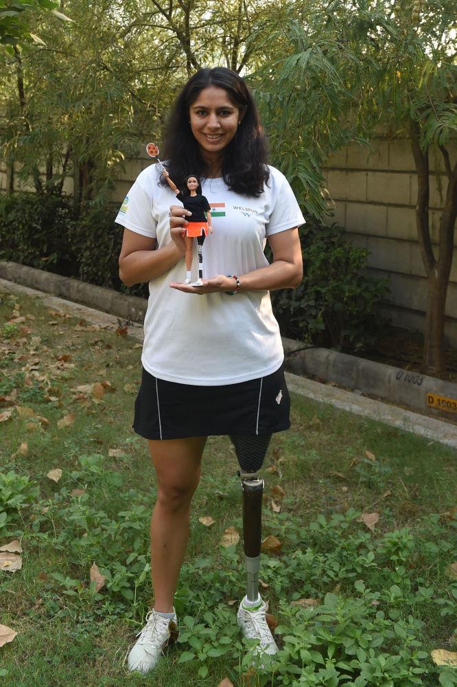 印度运动员玛纳西·乔希手持一个按照自己形象制作的芭比娃娃。