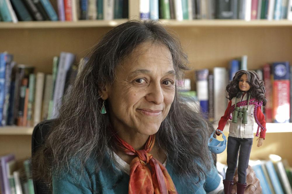 生态学家纳利尼·纳德卡尼在盐湖城犹他州立大学的实验室里,怀抱着以她的形象制作的芭比娃娃。