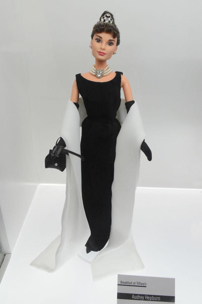 奥黛丽·赫本造型的芭比娃娃。
