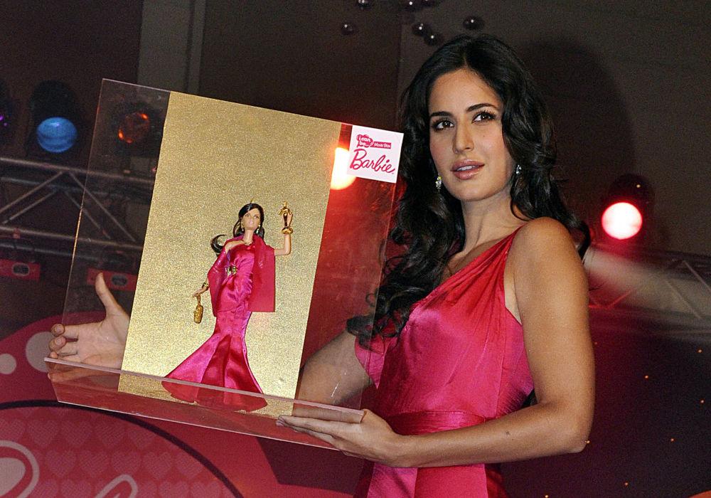 """印度宝莱坞女星卡特里娜·凯夫在孟买展示印度首个""""我可以成为电影明星""""版的芭比娃娃。"""