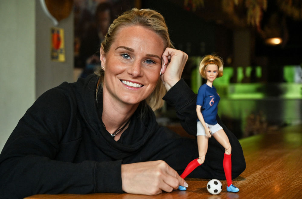 法国足球明星阿曼丁·亨利和以她形象制成的芭比娃娃。