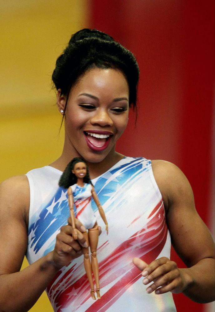 美国体操女将加比·道格拉斯和以她形象制成的芭比娃娃。