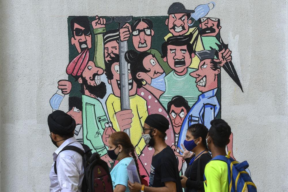 印度孟买,提醒人们保持社交距离的涂鸦。