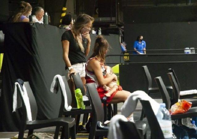 阿根廷女篮运动员在比赛间隙给孩子喂奶走红网络