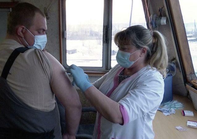 俄铁路公司在东西伯利亚设有一辆装备新冠疫苗接种室的特殊列车