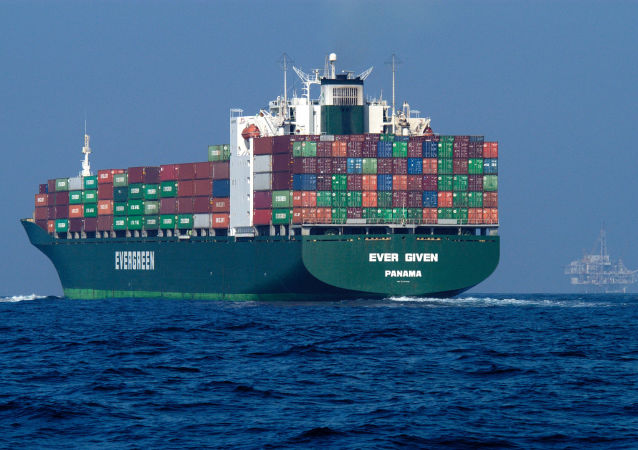 一艘集装箱船在苏伊士运河搁浅 百艘船只航行受阻
