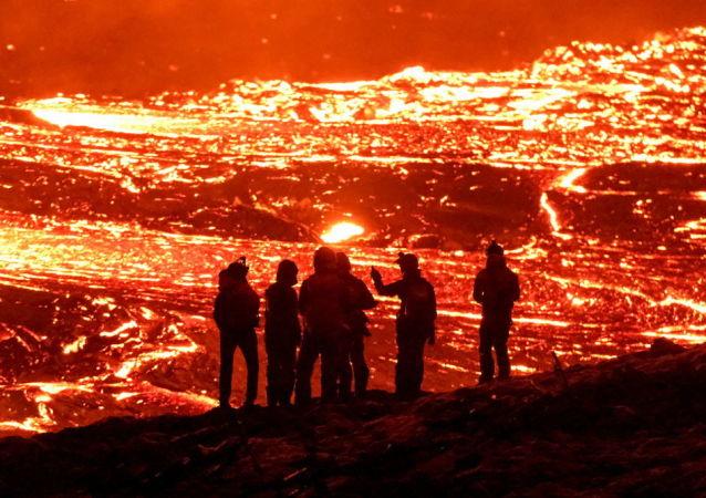 冰岛雷克雅内斯半岛的格尔丁达卢尔火山喷发。