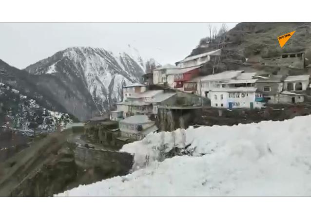 雪崩切断达吉斯坦9个村庄与外界的联系