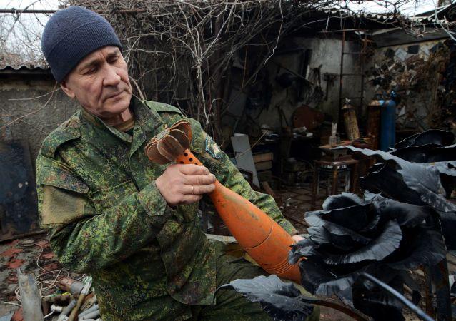 维克托·米哈廖夫使用军火废料制作纪念品。