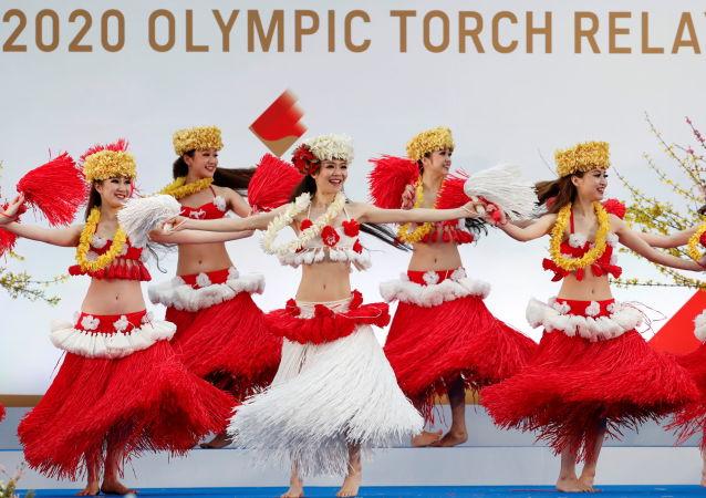 东京奥运会圣火传递仪式期间举行舞蹈表演。