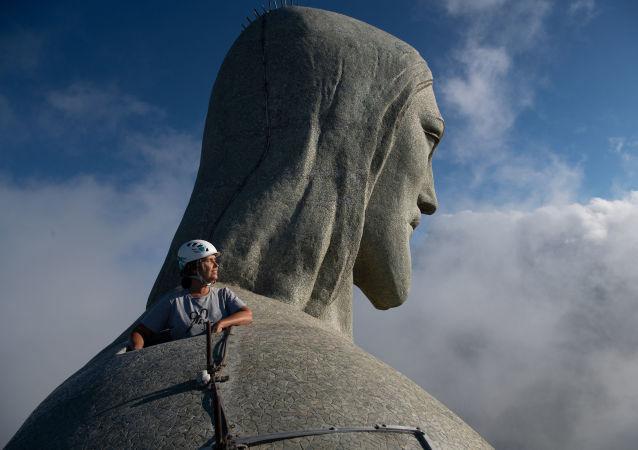 维修工程负责人克里斯汀娜·温图拉在施工现场查看雕像。