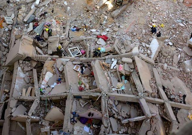 媒体:开罗一栋10层住宅楼发生倒塌事故 致25人死亡