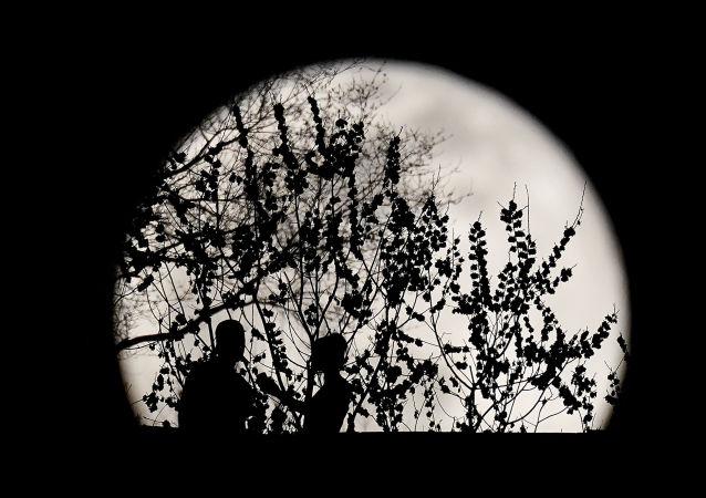 满月背景下的一对情侣,美国