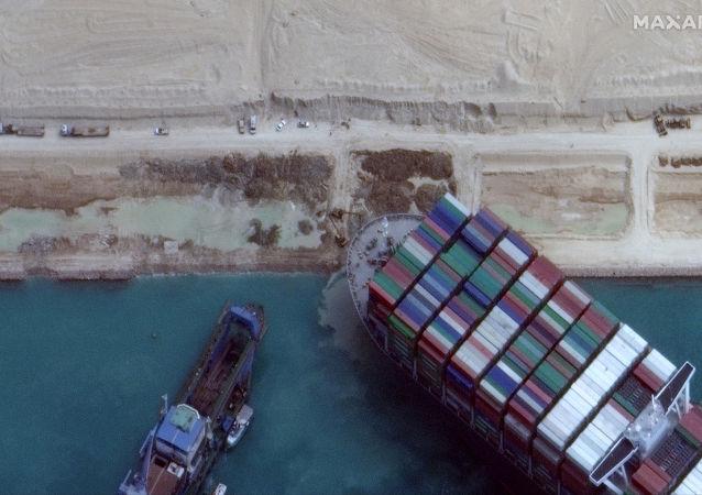 """搁浅的""""长赐""""号货轮。"""