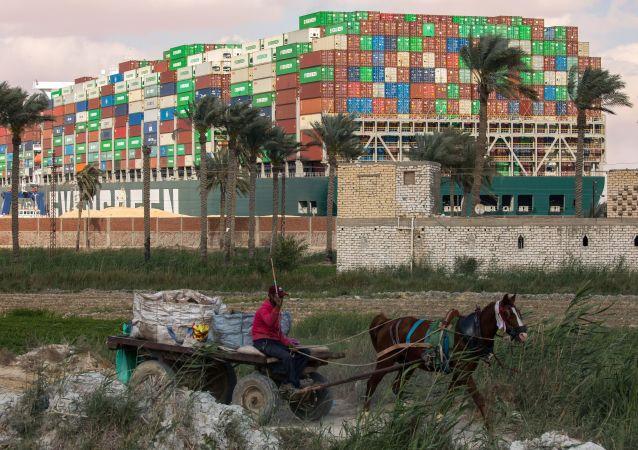 """""""长赐""""号货轮船在苏伊士运河搁浅"""