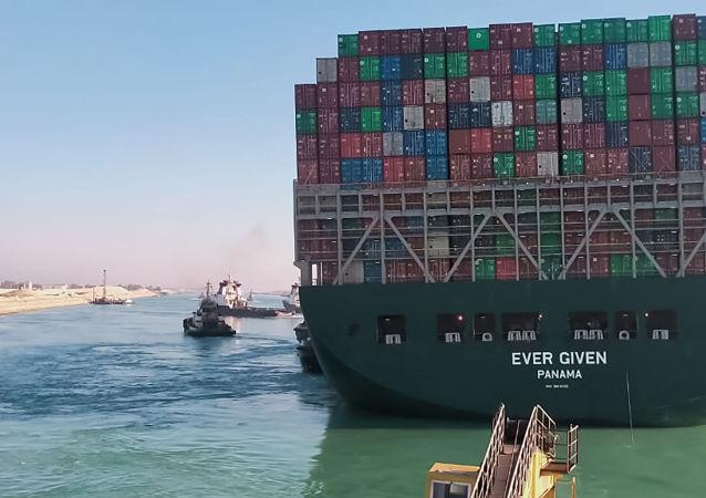 """消息人士:""""长赐""""号货轮将在接受检查后确定是否继续通过苏伊士运河"""