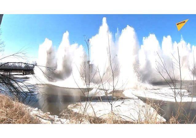 俄滨海边疆区军人用爆破方式除冰
