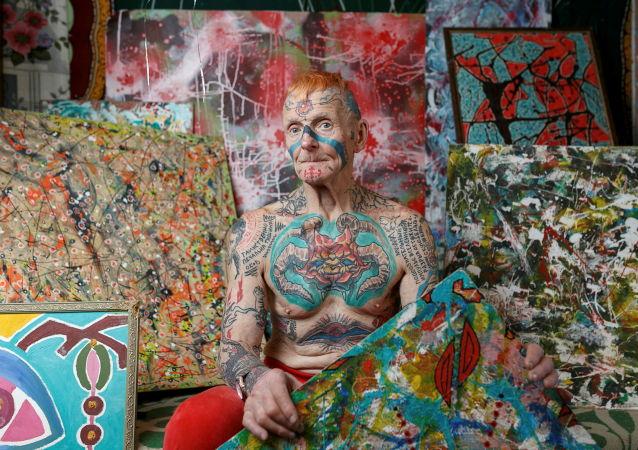 俄罗斯叶卡捷琳堡市退休老人弗拉基米尔·谢达科夫在家中展示纹身。