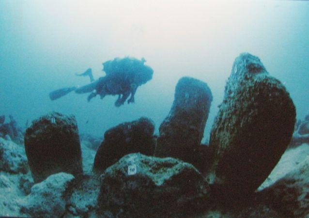 """阿特利特•亚姆-位于以色列卡尔美尔海滨的阿特利特湾地区,城市建于石器时代。阿特利特•亚姆城市遗迹总面积9.8英亩,在遗址区内有公元前7000年建造的方形房屋、火灶、水井、砖石围墙的建筑。意大利国家地质物理与火山学研究组在埃特纳东部崖区调查可能造成""""阿特利特•亚姆""""沉没的火山岩浆堆积物。"""