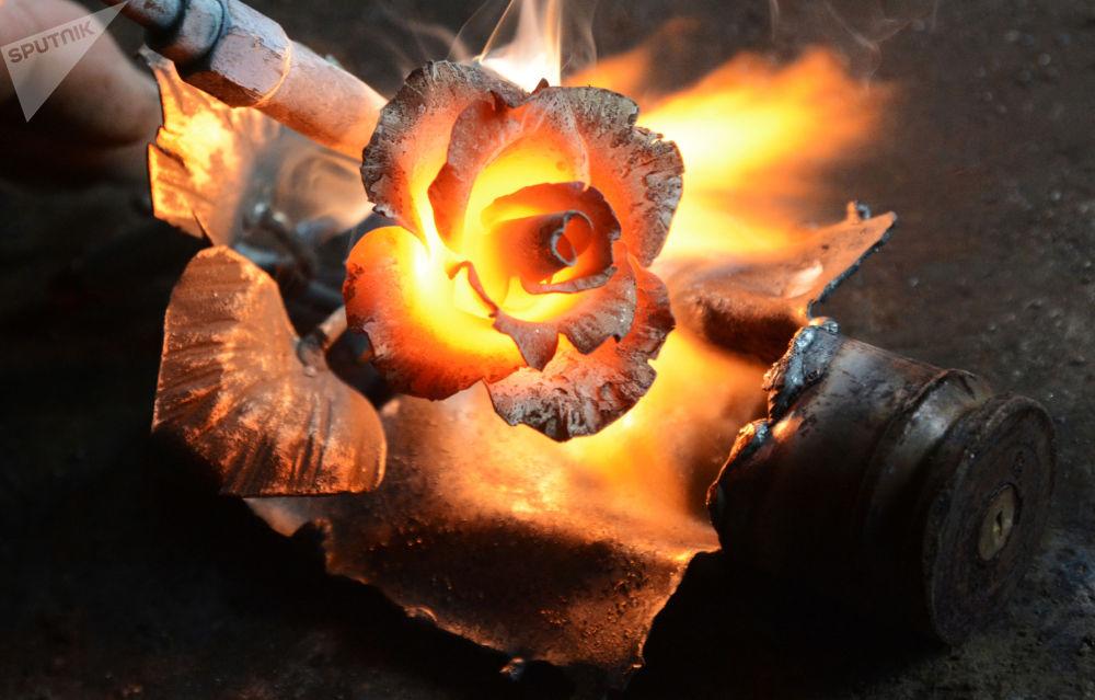 顿涅茨克艺术家使用弹药残片制作艺术品。