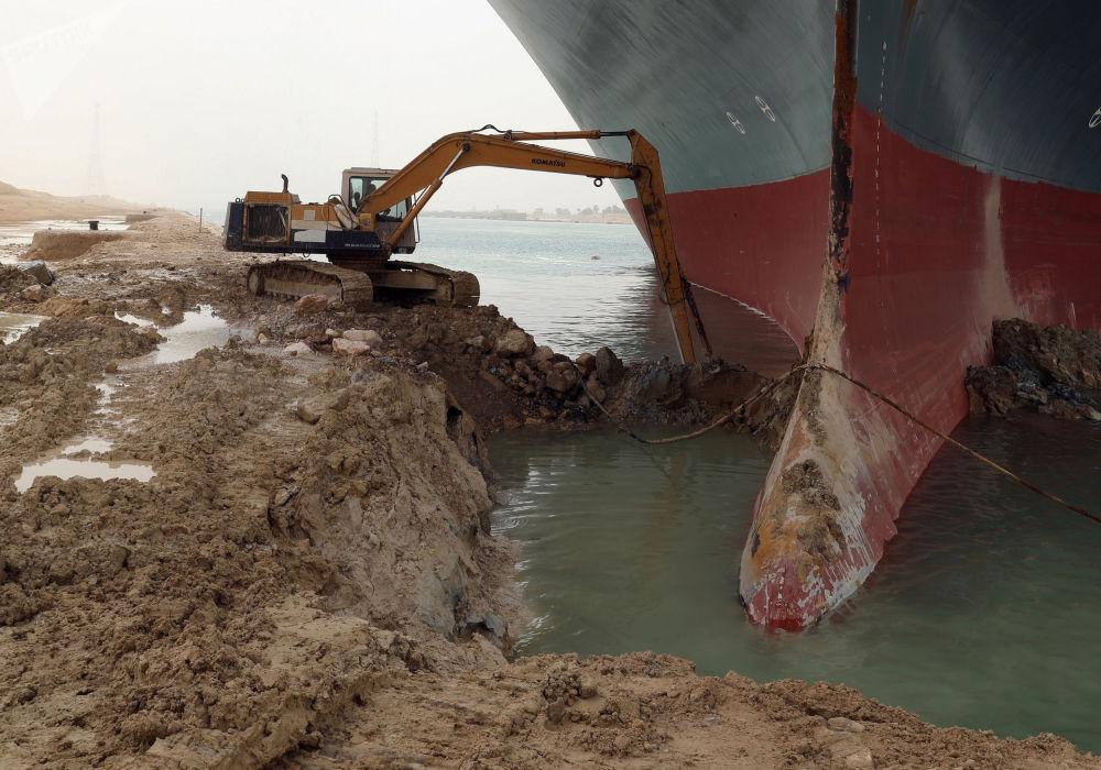 苏伊士运河搁浅船只脱困工作。