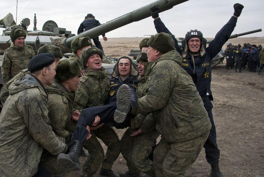 俄军东部军区举行军区坦克两项大赛。