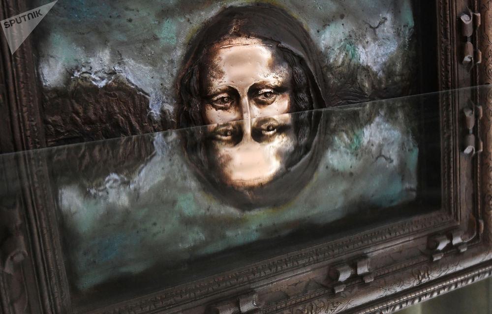 """艺术家穆拉特·米尼巴耶夫复制""""达芬奇《蒙娜丽莎·德尔·乔孔多》""""画像。"""