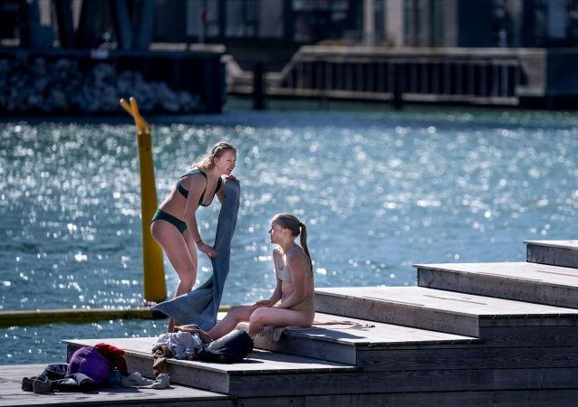 在哥本哈根享受温暖的天气的女孩们。