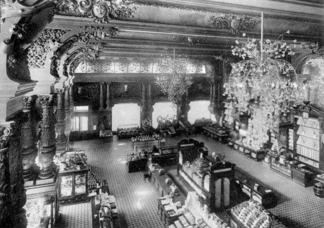 1913年,叶利谢耶夫斯基商店主卖场全景。