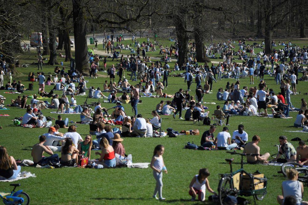 布鲁塞尔公园里的游客。