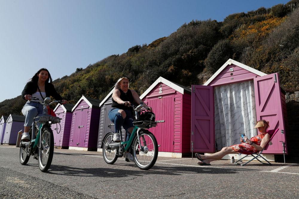英国伯恩茅斯,炎热天气里骑自行车的人们。
