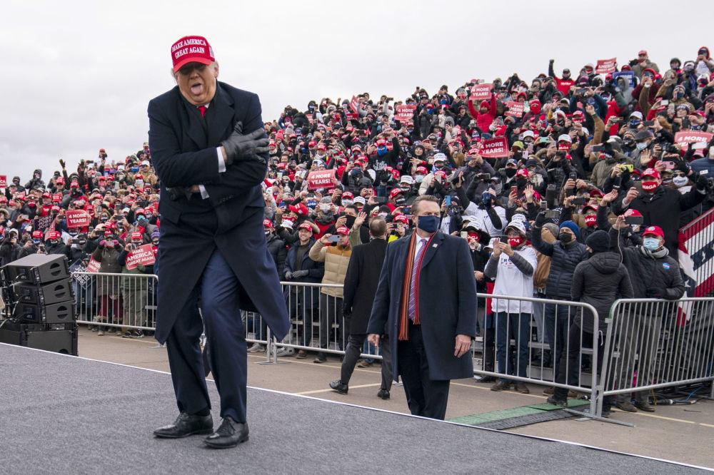 2020年,美国总统特朗普在密歇根州拉力赛上的幽默瞬间。