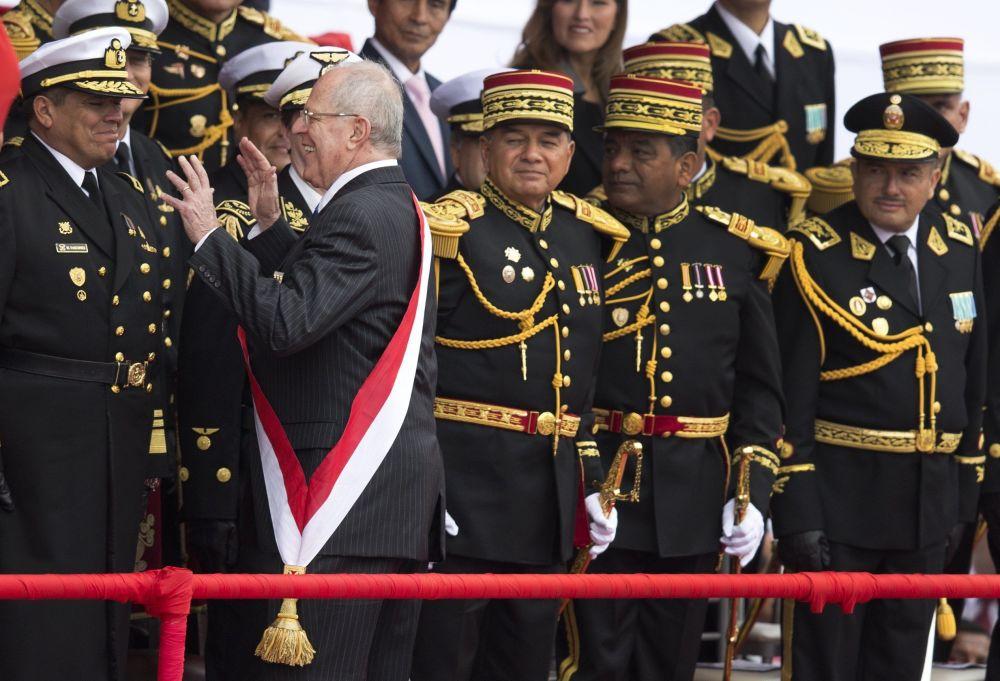2016年,秘鲁总统库钦斯基在阅兵式上的幽默瞬间。