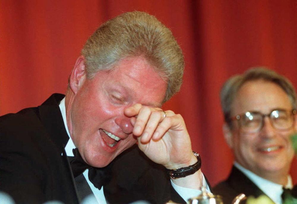 1996年,美国总统克林顿正在擦去因笑话引发的眼泪。