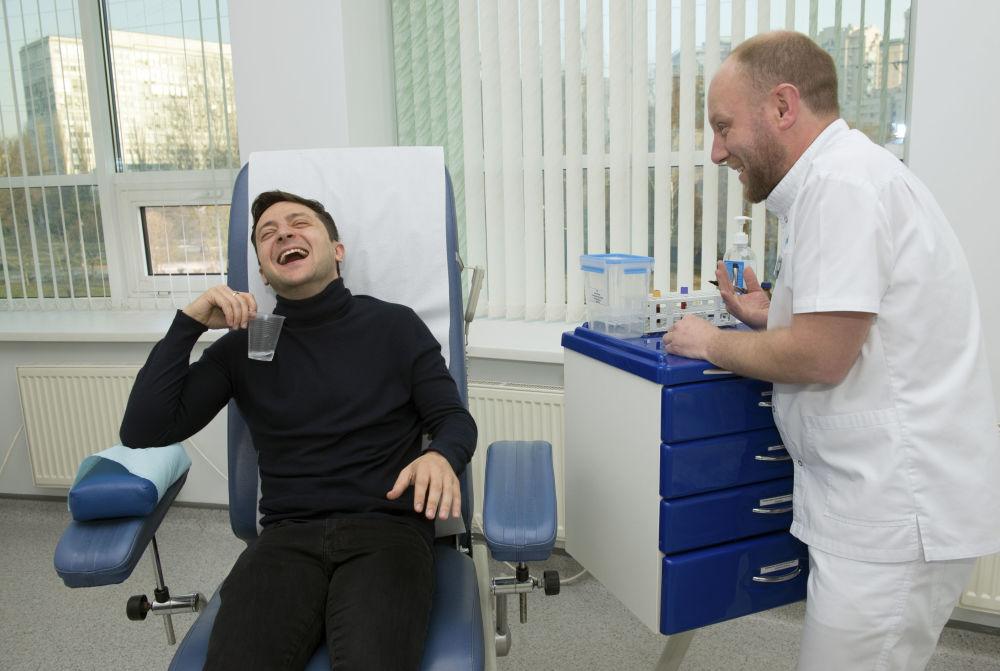 2019年,乌克兰总统候选人泽连斯基与医务人员说笑。
