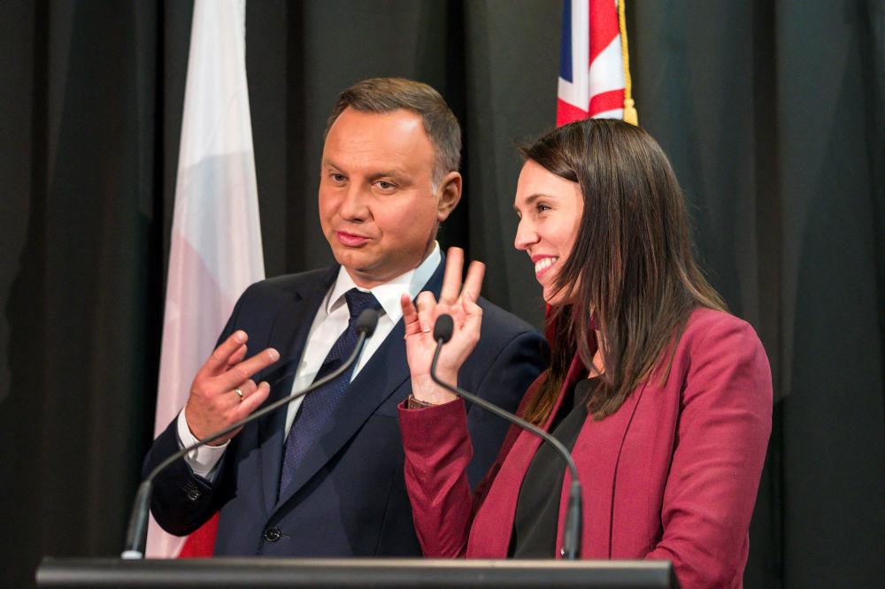 2018年,波兰总统杜达与新西兰总理阿尔登在奥克兰签字仪式上的幽默瞬间。