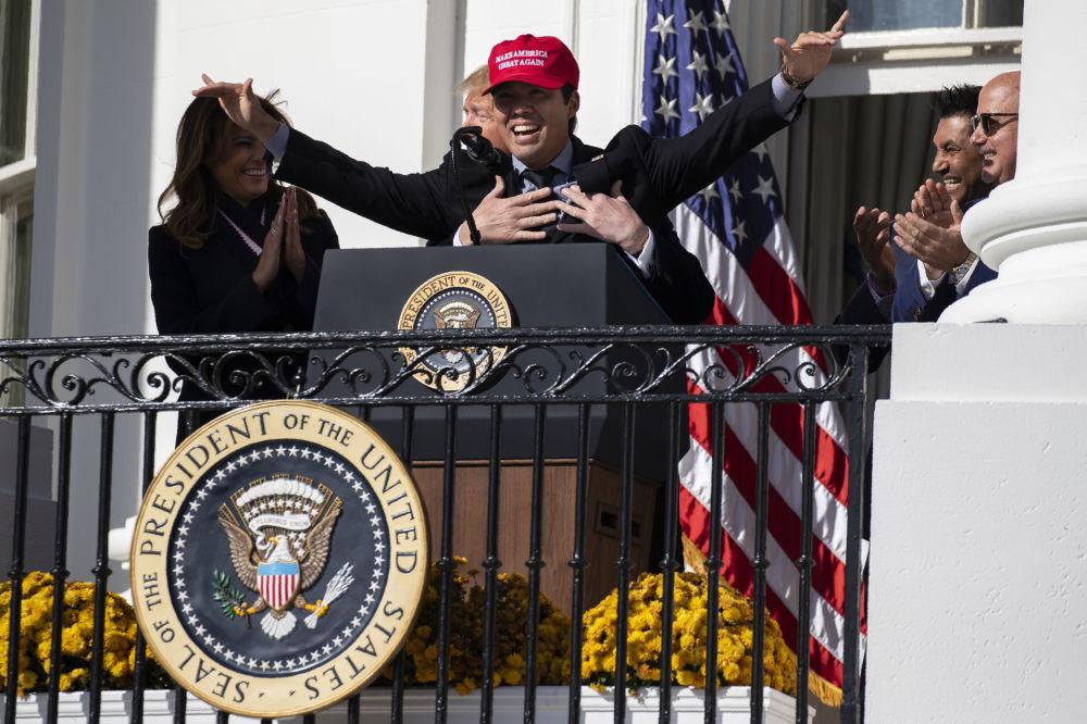 2019年,美国总统特朗普在白宫拥抱华盛顿国民棒球队队员铃木。