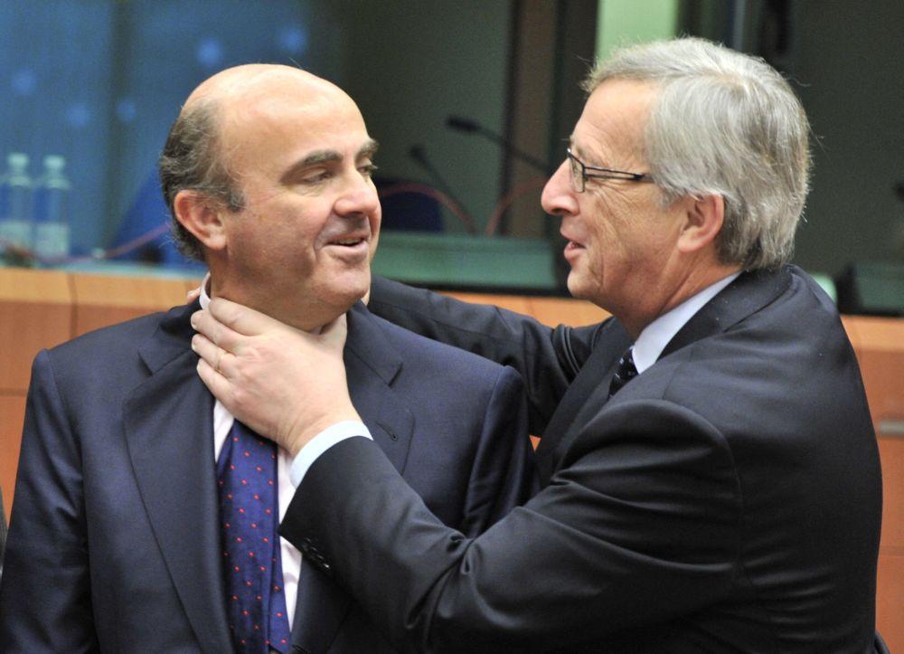 2012年,西班牙财政部长德金多斯与卢森堡总理兼欧洲集团主席容克在布鲁塞尔的幽默瞬间。