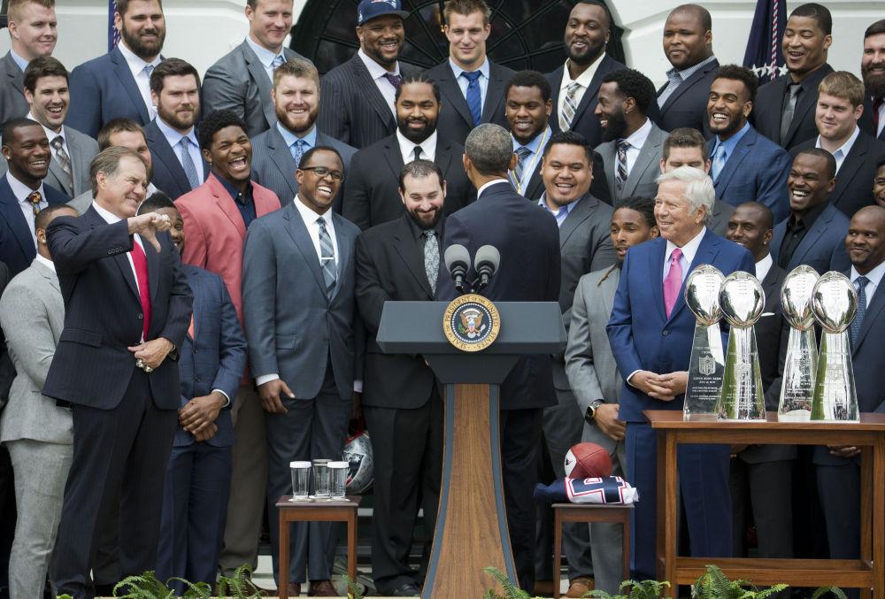 2015年,美国总统奥巴马与新英格兰爱国者足球队教练的幽默瞬间。