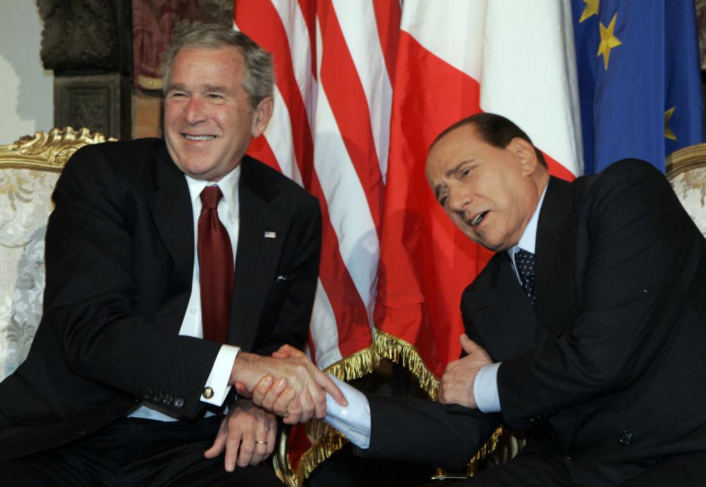 2008年,乔治布什与意大利总理贝卢斯科尼在罗马会晤时的幽默瞬间。
