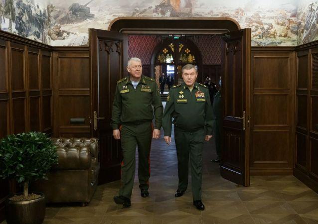 俄联邦武装力量总参谋长兼国防部第一副部长瓦列里•格拉西莫夫将军与白俄罗斯总参谋长兼国防部第一副部长维克托•古列维奇