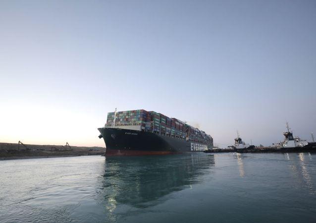 苏伊士运河管理局局长被建议锯掉搁浅货轮的船首