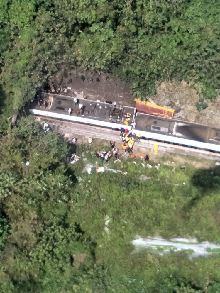 事故现场附近的救援人员。