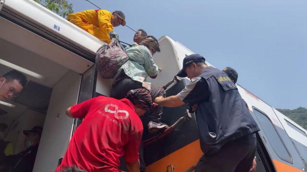 救援人员救助受伤乘客。