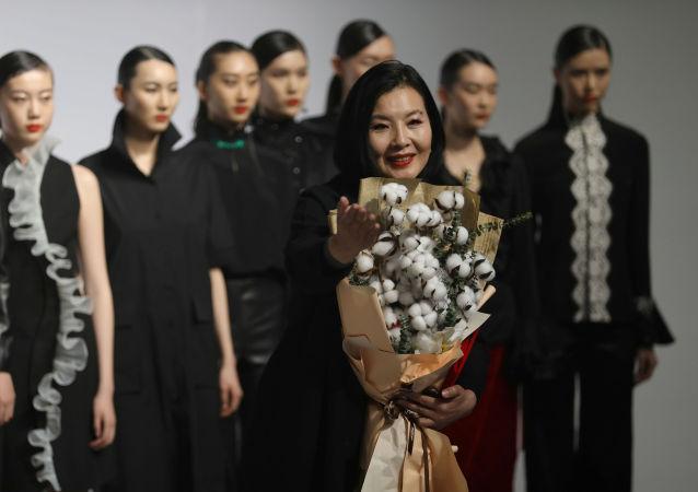 """""""新疆棉花是我的爱"""":中国设计师手棒新疆棉花束现身时装周"""