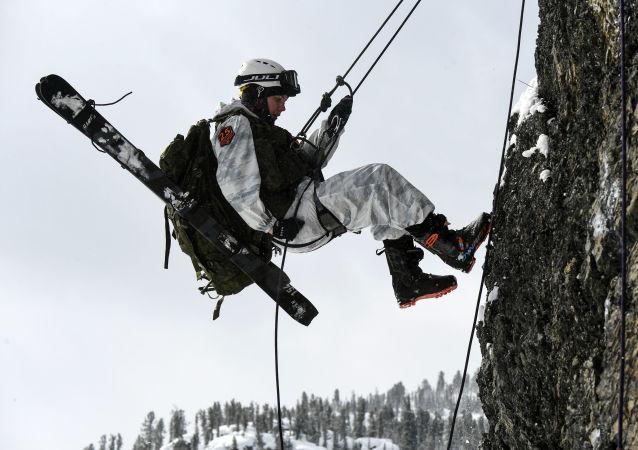 参赛者在西萨彦岭岩石处使用固定绳索下降。