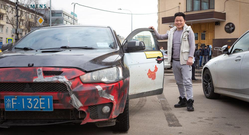 中国汽车旅行者杨勇在卫星通讯社附近