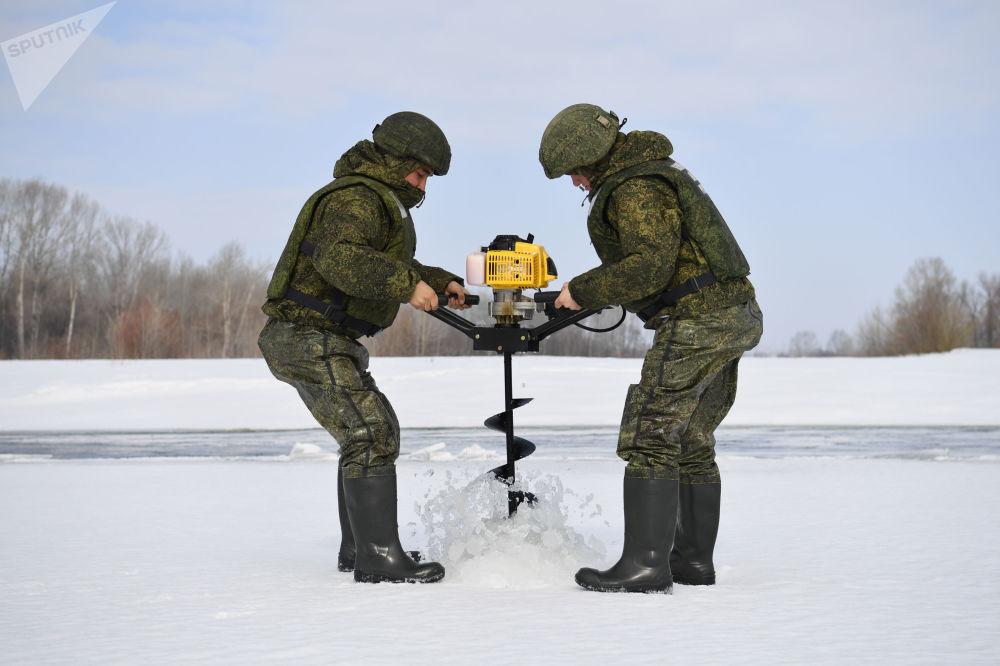 俄罗斯中央军区诸兵种联合部队的工兵准备在阿尔泰边疆区的比亚河上实施炸冰爆破。