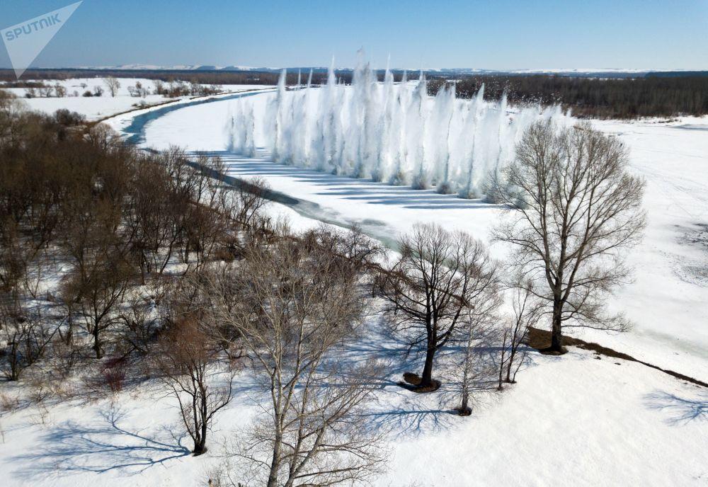 在阿尔泰边疆区比亚河上的炸冰防洪爆破。