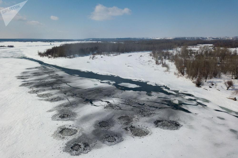爆破作业完成后的阿尔泰边疆区比亚河上的冰面。